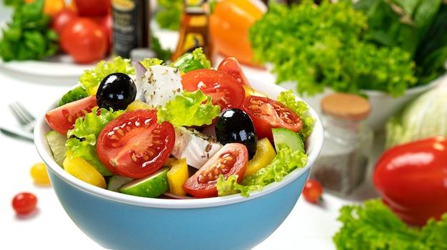 Ensalada de verduras frescas, ensalada griega servida con ingredientes alimentarios saludables