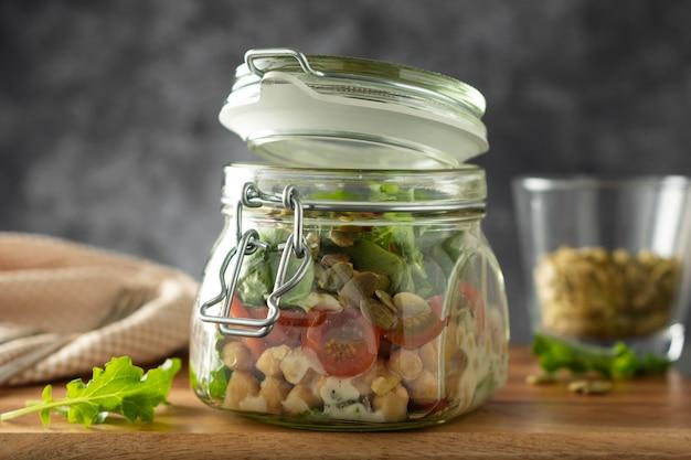 Ensalada de verduras frescas en frasco de vidrio. dieta, desintoxicación, concepto vegetariano, copia espacio.