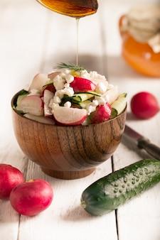 Ensalada de verduras frescas y requesón
