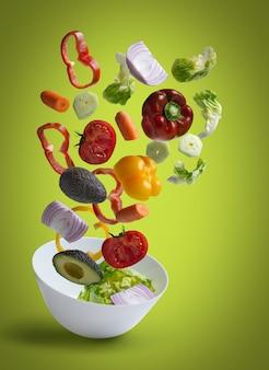 Ensalada de verduras frescas volando