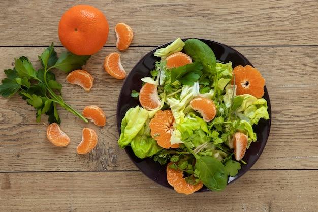 Ensalada de verduras y frutas.