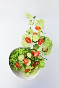 Ensalada de verduras con guisantes y brotes de girasol