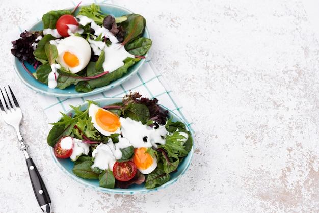 Ensalada de verduras con huevo