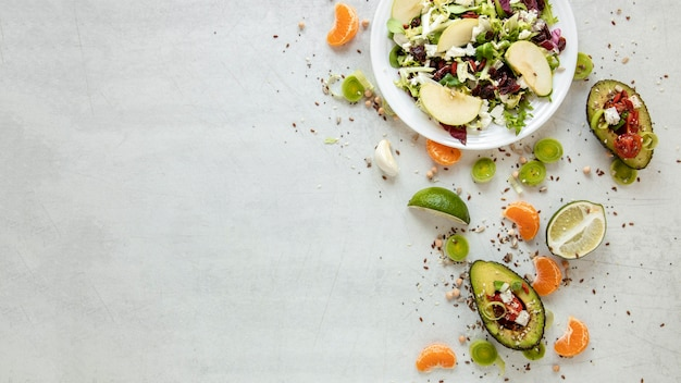Ensalada de verduras en la mesa con espacio de copia