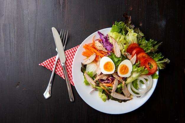 Ensalada de verduras en la mesa de madera