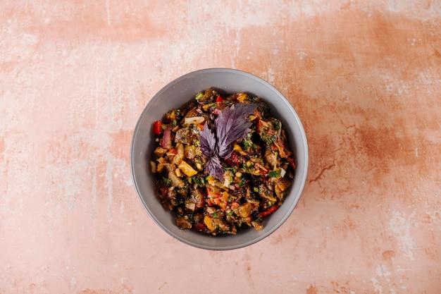 Ensalada de verduras mixtas con hoja basílica roja dentro del tazón.