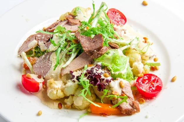 Ensalada de verduras con pavo asado