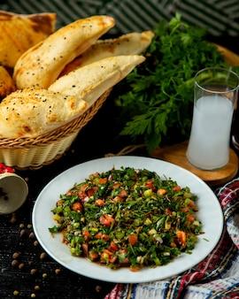 Ensalada de verduras en el plato sobre la mesa