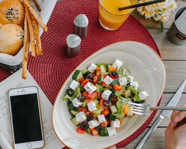 Ensalada de verduras en el plato