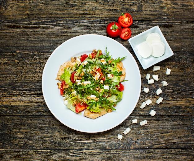 Ensalada de verduras con pollo y nueces