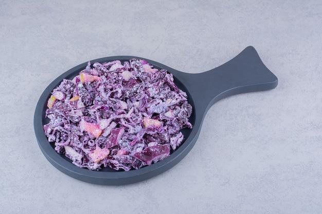 Ensalada de verduras con repollo morado picado y cebolla