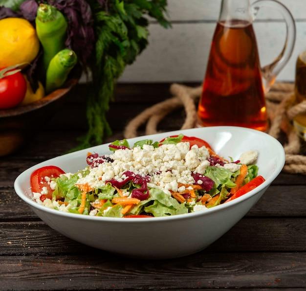 Ensalada de verduras y requesón sobre la mesa