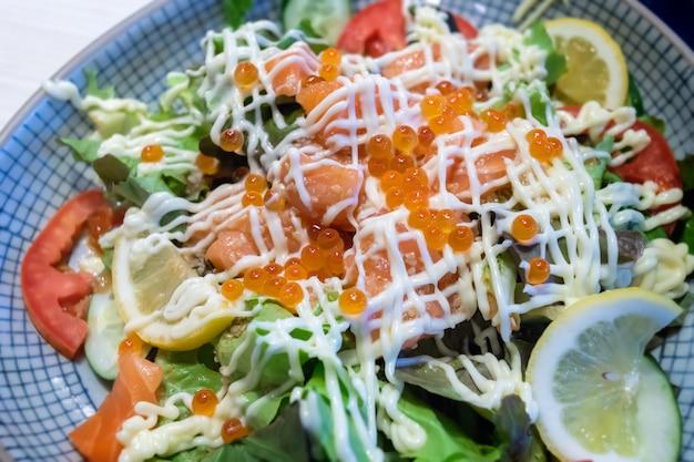 Ensalada de verduras salmón y huevas de salmón.