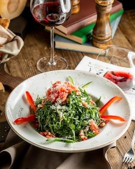 Ensalada de verduras con salmón y ruccola