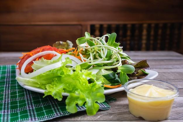 Ensalada de verduras saludable en la mesa