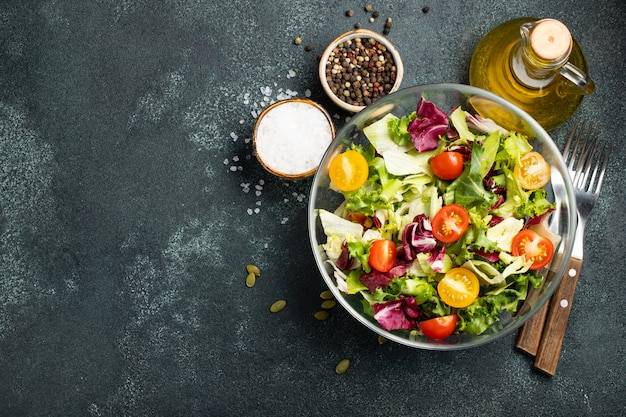 Ensalada de verduras saludable.