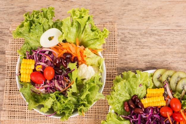 Ensalada de verduras sobre fondo de madera