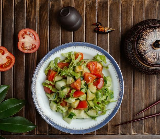 Ensalada de verduras de temporada, salami choban