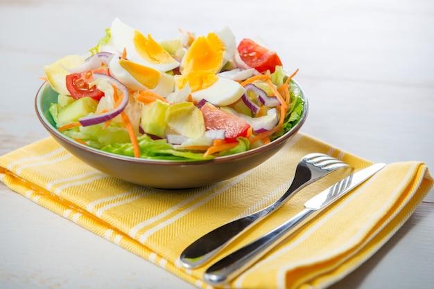 Ensalada de verduras en toalla amarilla