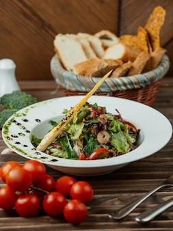 Ensalada de verduras con tomate y hierbas.