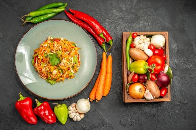 Ensalada de verduras de vista superior con verduras frescas en ensalada de dieta de salud gris