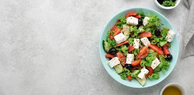 Ensalada de vista superior con queso feta, tomates y aceitunas con espacio de copia