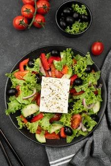 Ensalada de vista superior con queso feta, tomates y aceitunas