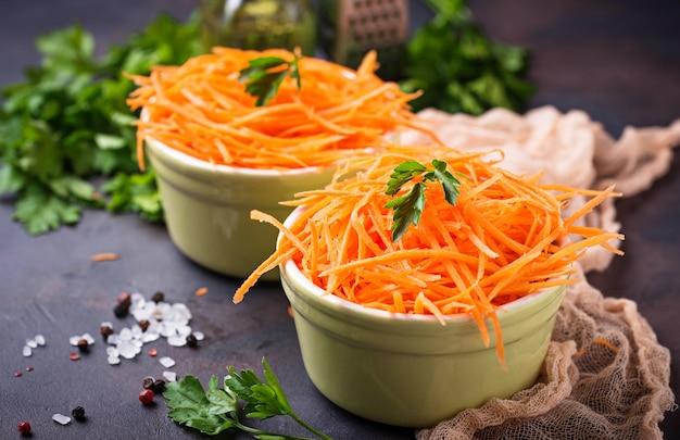 Ensalada de zanahoria fresca en tazones