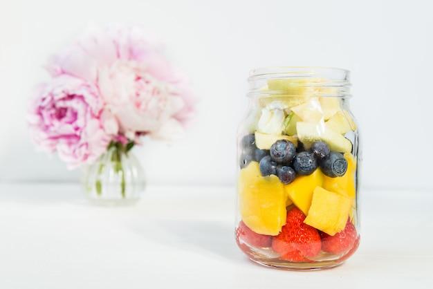Ensaladas de frutas y bayas en tarros