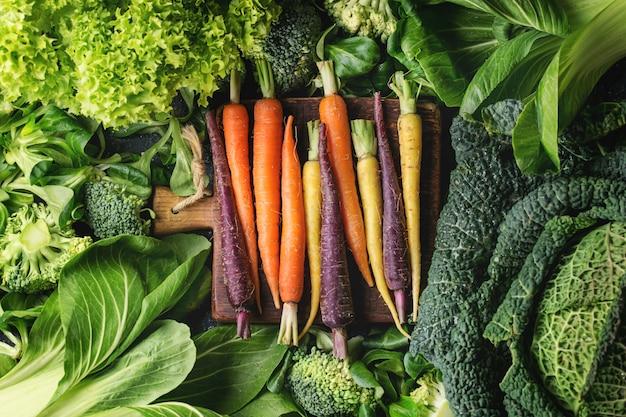Ensaladas verdes, coles, verduras de colores vivos.