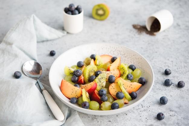 Ensaladera de fruta natural fresca con semillas de chía,