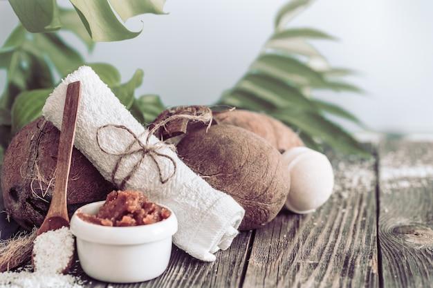 Entorno de spa y bienestar con flores y toallas. composición luminosa con flores tropicales. productos dayspa nature con coco
