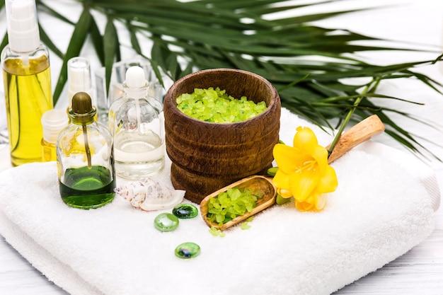 Entorno de spa con sal marina y aceite aromático, estilo vintage