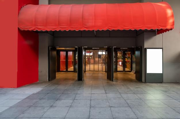 Entrada al teatro con puertas de cristal.