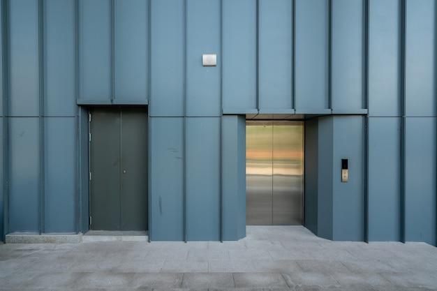 La entrada del ascensor está en el almacén de la fábrica.