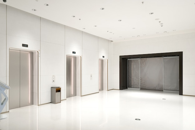 La entrada del ascensor está en el centro comercial.