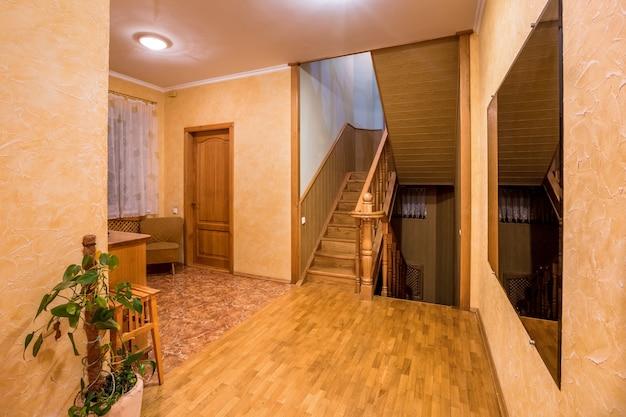 Entrada de casa con piso de madera. escalera y recibidor