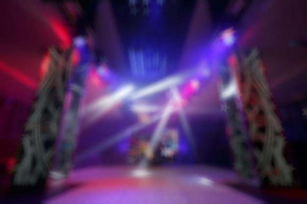 Entrada de discoteca de colores desenfocada con focos