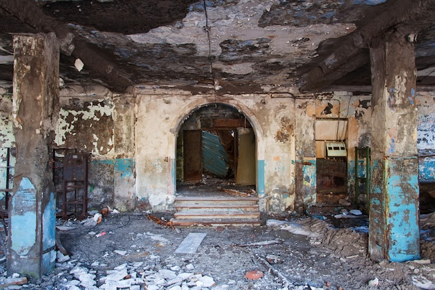 Entrada a un edificio abandonado.