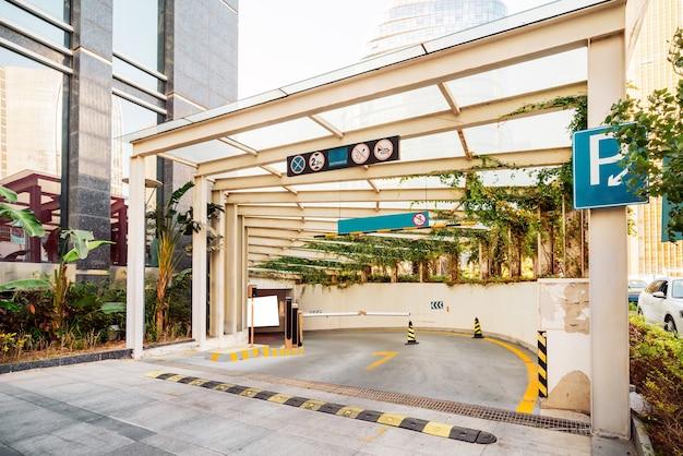 Entrada de edificio moderno y estacionamiento subterráneo