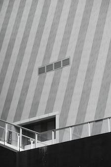 Entrada de un edificio en el puente.