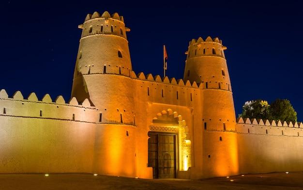 Entrada de la fortaleza de al jahili en al ain, emiratos árabes unidos