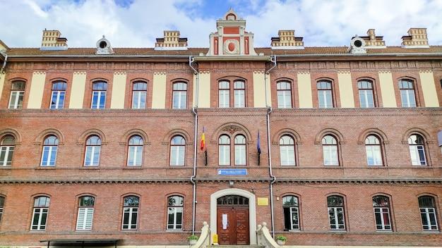 Entrada de una institución educativa en cluj-napoca, rumania