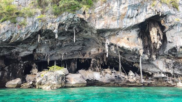 Una entrada de lugar de nido de pájaro de golondrina, isla phi phi