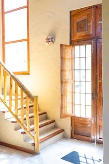 Entrada luminosa de la casa con escaleras