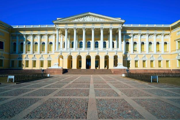 La entrada principal al palacio de mikhailovsky. museo ruso san petersburgo.