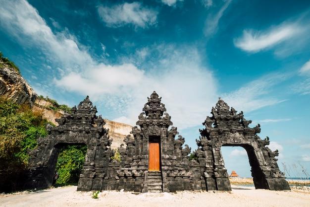 Entrada de la puerta del templo de bali en la playa, indonesia