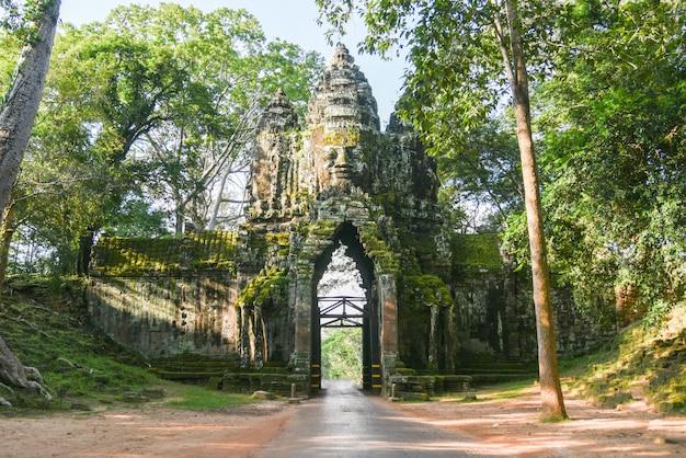 Entrada del templo bayon, puerta de angkor thom, siem reap, camboya.puerta de piedra de angkor thom en camboya