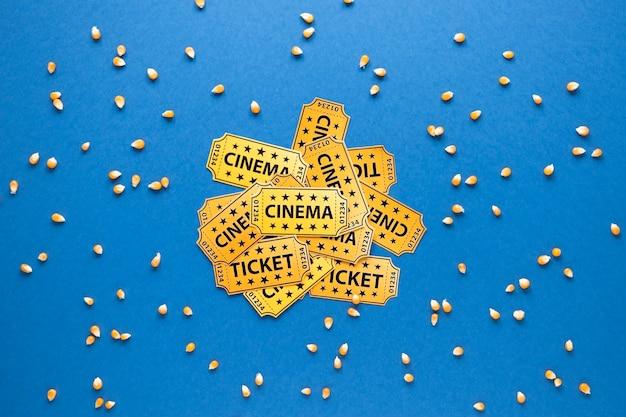 Entradas de cine y granos de maíz.