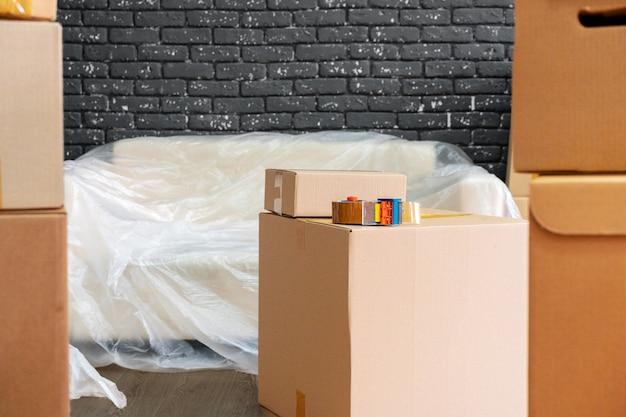 Entrando o saliendo. pila de cajas y muebles embalados.